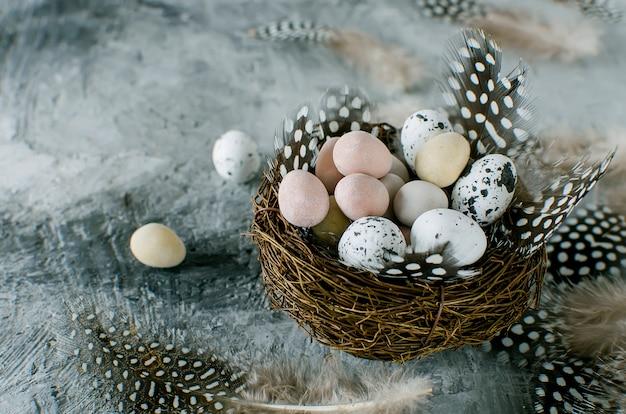装飾的な卵の巣の中のお菓子