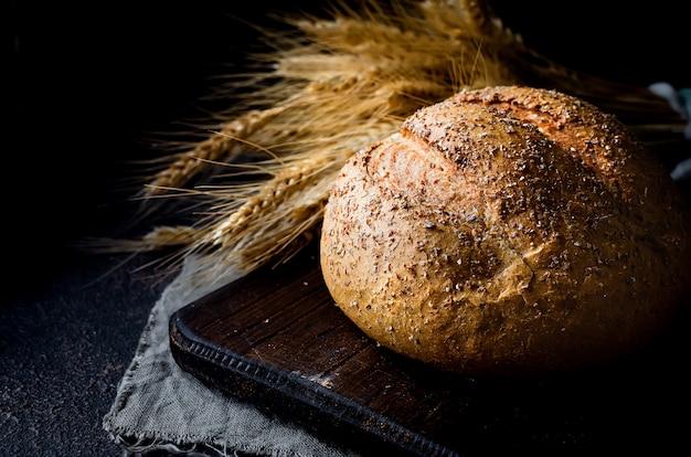 Буханка хлеба на черном столе