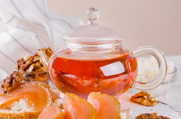 熱いお茶とガラスのティーポット
