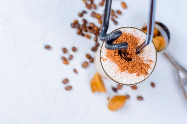 ミルクチョコレートカクテルまたはミルクと冷たいホイップコーヒー