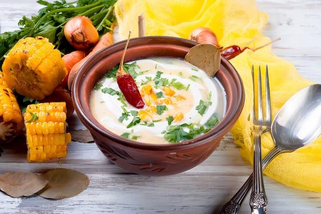 サワークリームとハーブのトウモロコシクリームスープ