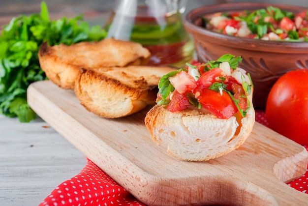 トマトのサラダと野菜とチーズのクルトン