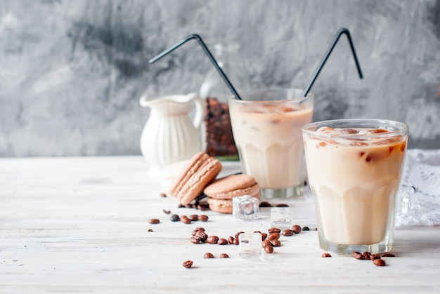 Холодный кофе в стакане со льдом, шоколад