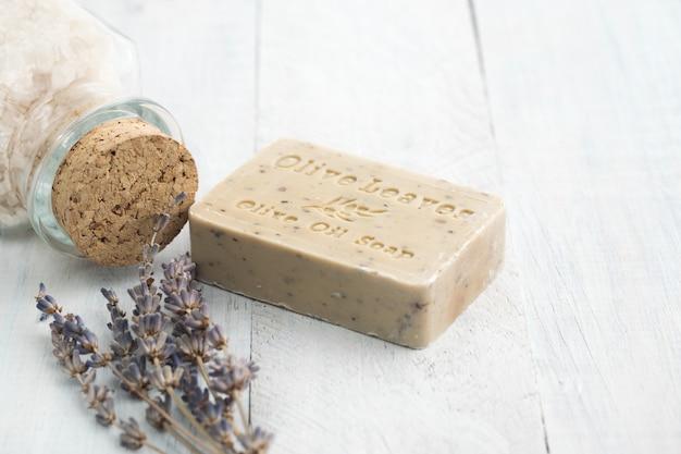 ラベンダーと海の塩を使ったオリーブオイルの石鹸。スパとリラクゼーションのコンセプトです。