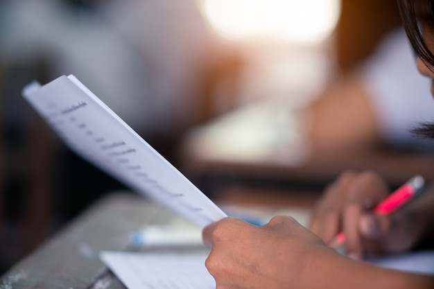 Студент делает тест в классе