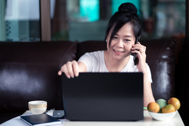 Женщина работает на ноутбуке дома