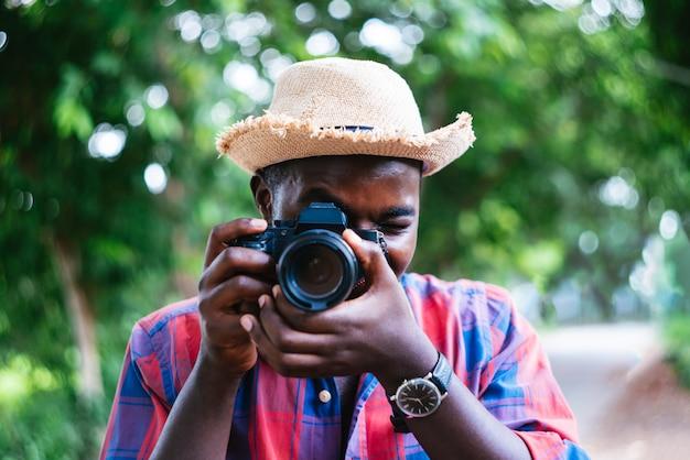 カメラを取ってアフリカ人旅行者