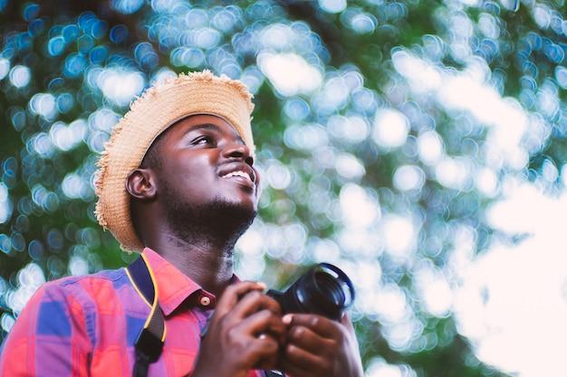 カメラを保持しているアフリカ人旅行者