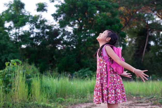 バックパックと自由アジアの少女。学校のコンセプトに戻る