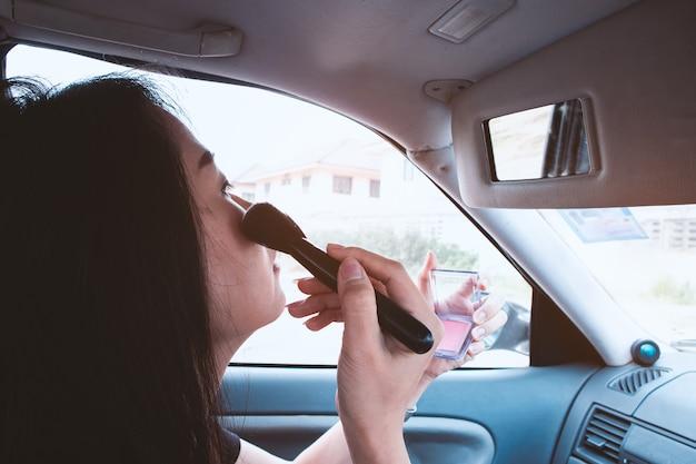 アジアの女性は車で作る