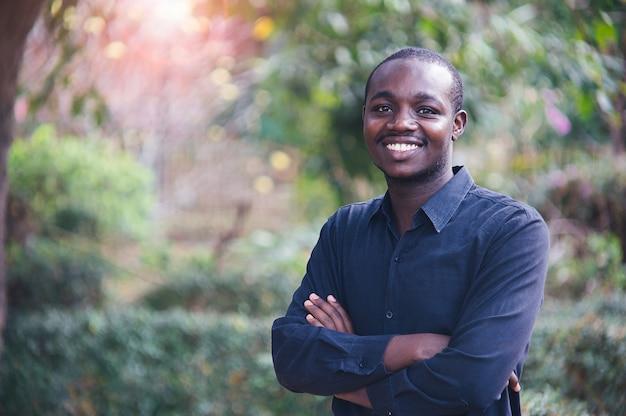 笑みを浮かべてハンサムなアフリカ人の肖像画。