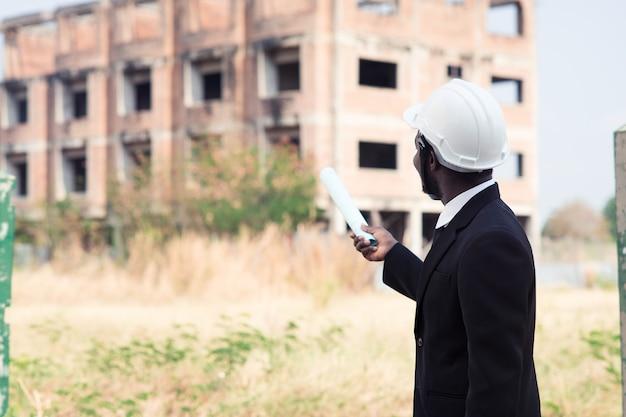 建物の建設を探しているアフリカの工学人