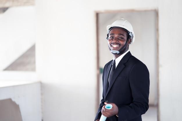 アフリカのエンジニア男が立ち上がって笑顔