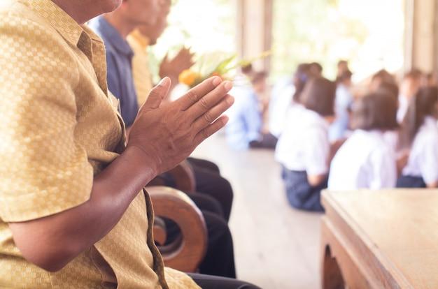 アジアの仏教徒の手は仏を尊重します