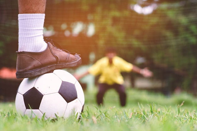 Стрельба штрафа футболиста студента на поле травы.