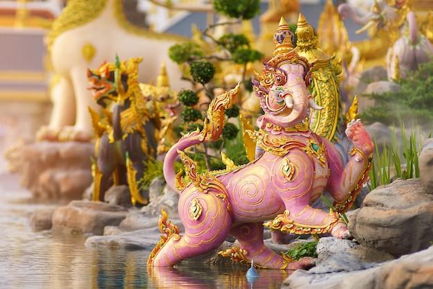 Тайская художественная литература или история химмапана в милосердном санам луанг в городе бангкок, таиланд)