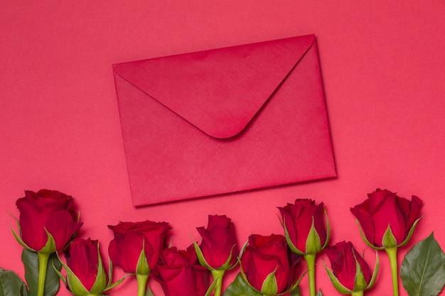 バレンタインデーメッセージの背景、赤いバラとシームレスな赤い背景、メモ