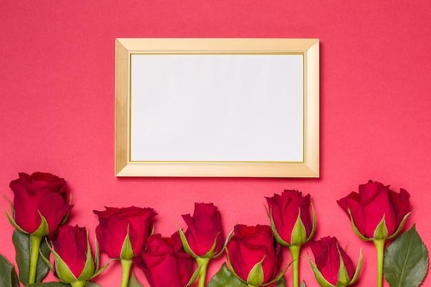 バレンタインの日、空のフレーム、赤いバラとシームレスな赤い背景、メッセージ