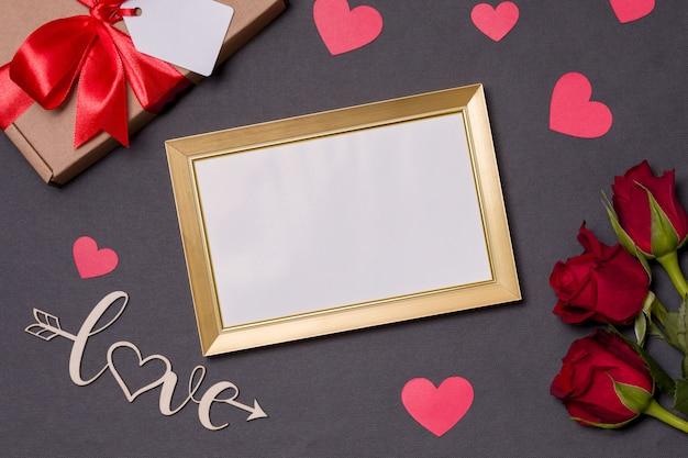 バレンタインデー、空のフレーム、黒の背景、ギフト、赤いバラ、ハート、メッセージ