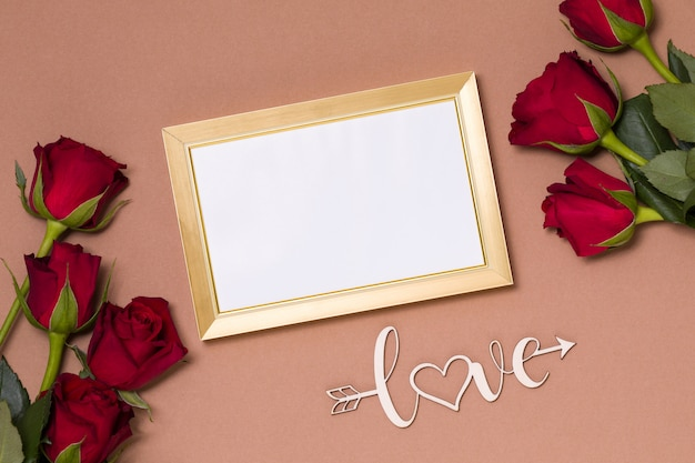 バレンタインデー、空のフレーム、裸の背景、ギフト、赤いバラ、ハート、メッセージ