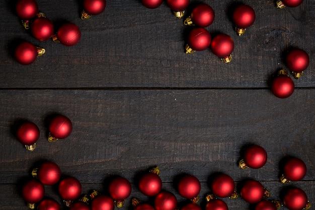 暗い木製の木製、赤のクリスマスの装飾フレームと背景。