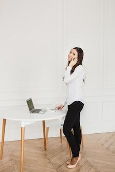 女性はフリーランサーまたはマネージャーであり、彼女自身のために働いており、自宅で仕事をしています
