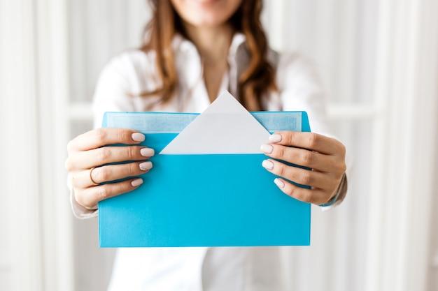Девушка держит конверт, сюрприз, информация, электронная почта, налог, подарок