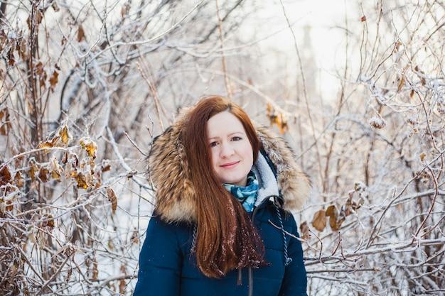 冬の森、公園、冬と雪、健康、冬服、ジャケットの散歩にヨーロッパの外観の女の子