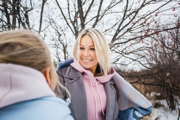 毛布、森、フィールド、冬に包まれた冬の散歩で母と娘
