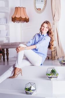 Портрет девушки в интерьере, флорариумы в интерьере, интерьерные решения, бизнес и дом, растения в интерьере, ландшафтный дизайн дома и пространства
