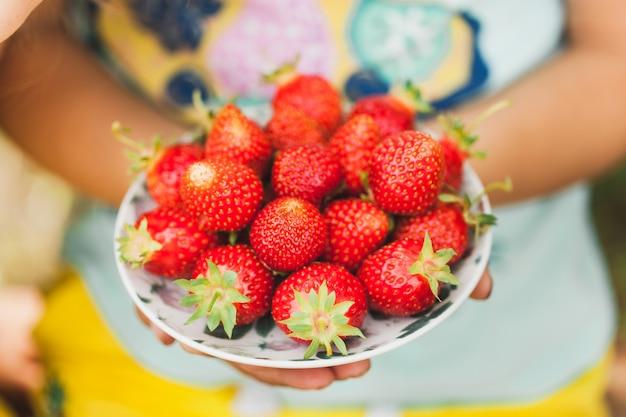 イチゴ、ベリーと夏、おいしいジューシーで香りのよいイチゴ、食品、子供とビタミン、飲み物、スムージーのプレート