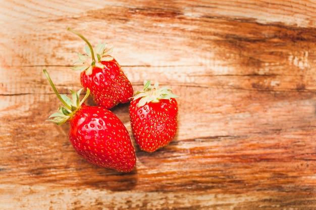 イチゴ、ベリーと夏、おいしいジューシーで香りの良いイチゴ、食品、子供とビタミン、飲み物、スムージー、背景、分離プレート