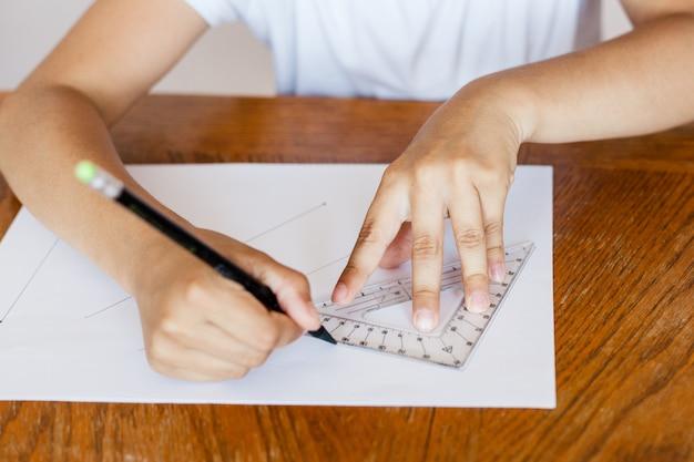 Девушка рисует линии на линейке, задание для школы, учится дома, рисует, рисует, линия, школьник