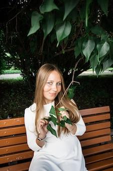 ブッシュまたは木の葉の中で、ヨーロッパ人の女の子に見える