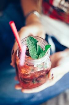 Чай со льдом, девушка пьет в кафе