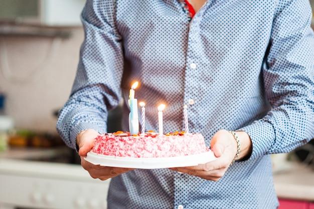 お父さんは誕生日のあなたの誕生日の女の子ケーキを負担します。キャンドルケーキ