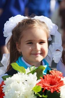 女の子は学校で制服を着ています。