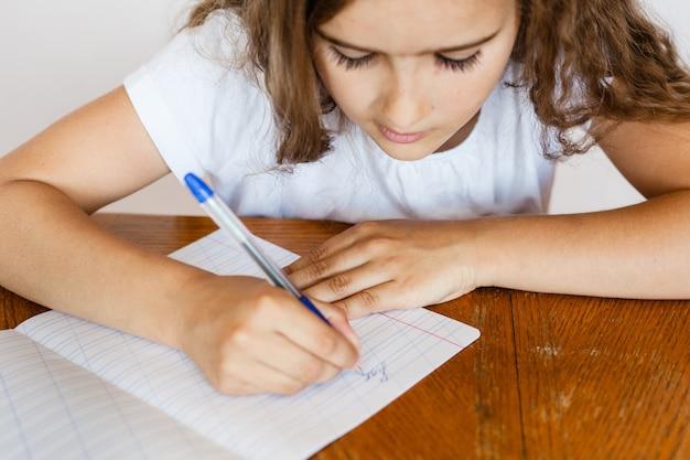 女子生徒の学校はレッスン、学校のタスク、学校を教えます