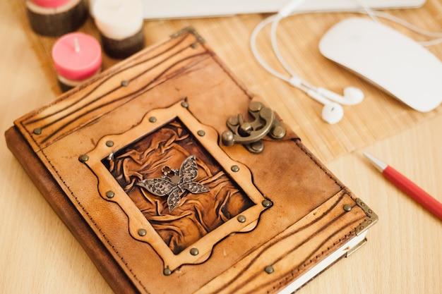 少女は、コンピューターとノートブックを使用して、ビジネスとビジネスを行い、日記に記録を残します