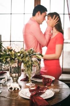 美しく装飾されたテーブル、皿、皿、花