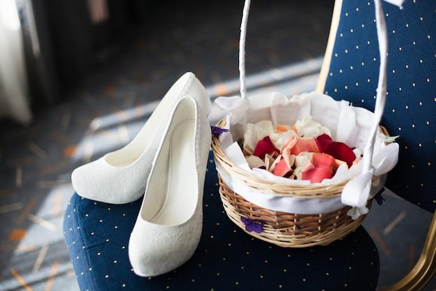 白とエレガントな美しい花嫁の靴