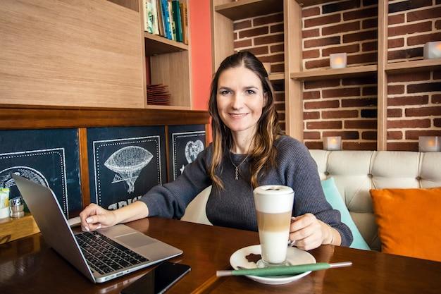 ノートパソコン、マネージャー、フリーランサー、インターネットの使用に取り組んでいる女の子