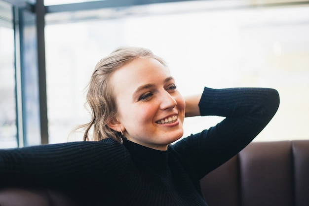 Девушка в кафе, студентка или менеджер, встреча с друзьями в кафе, кофе и кофе-брейк
