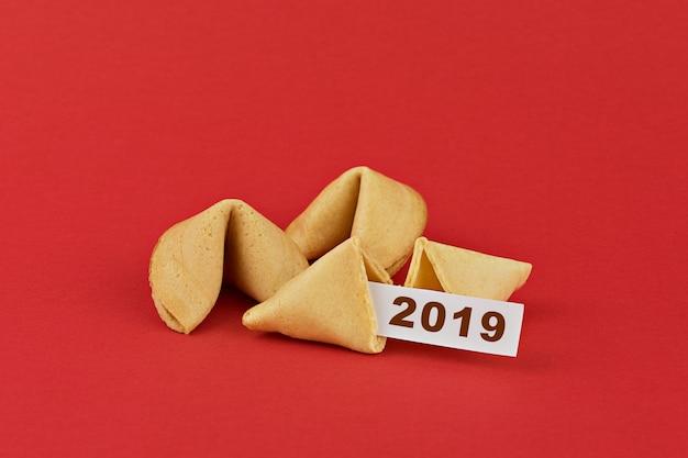 赤の伝統的な中国の新年の運命のクッキー