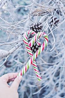 心の形の伝統的なクリスマスキャンディーの杖