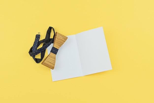 Поздравительная открытка с копией пространства и деревянной связали бо