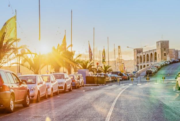 夕日の光の中のカルカラマルタの夜の通りの景色