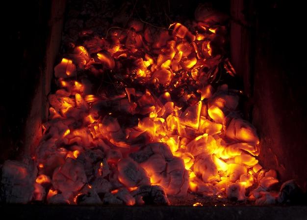 炉で石炭を燃やす