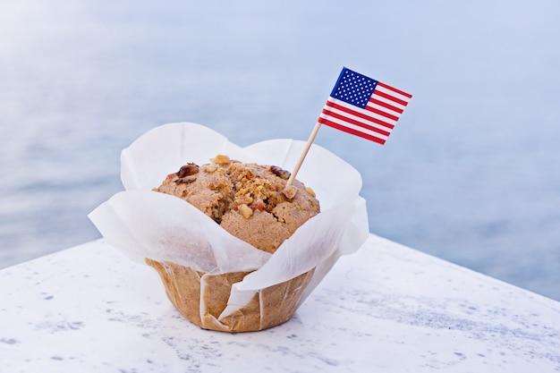 甘いカップケーキとアメリカアメリカのミニチュアフラグ