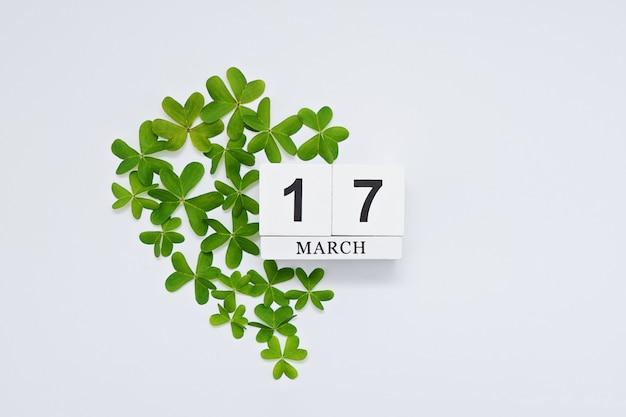 緑色のハートで保存日ブロックカレンダーとモックアップ
